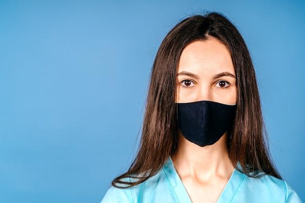 Retrato jovem médico mulher triste enfermeira vestindo a máscara e olhando