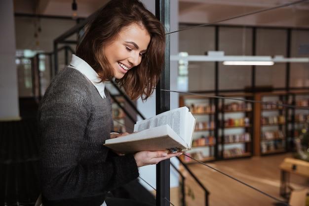 Retrato, jovem, menina, leitura, livro, público, biblioteca