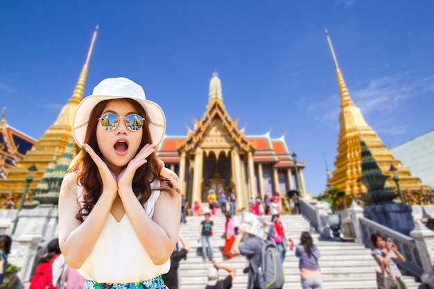 Retrato, jovem, mulher asiática, bonito, menina, com, longo, cabelo vermelho, olhar, excitado, segurando, dela, boca aberta