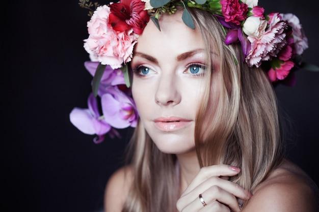 Retrato jovem mulher bonita coroa de flores