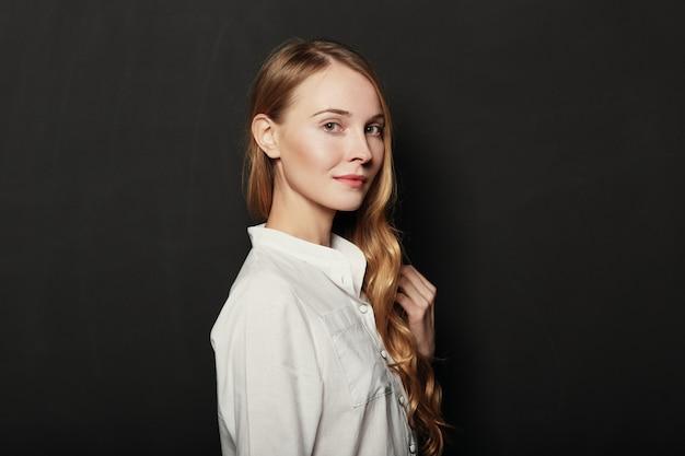 Retrato jovem, mulher bonita em fundo preto