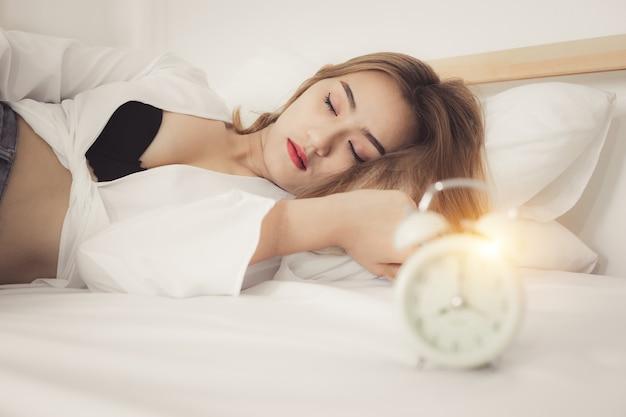 Retrato jovem mulher bonita na cama no quarto bonito