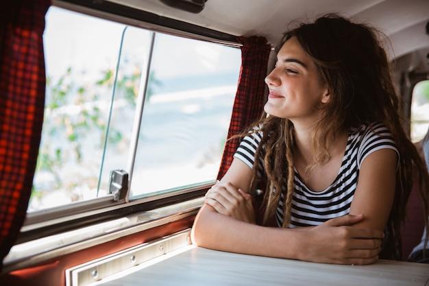 Retrato jovem mulher desfrutar da viagem