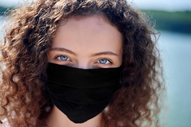 Retrato, jovem, mulher, desgastar, máscara facial