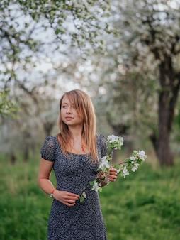 Retrato, jovem, mulher, primavera, verde, maçã, jardim