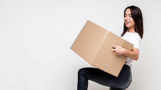 Retrato, jovem, mulher, segurando, caixa papelão