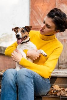 Retrato, jovem, mulher, segurando, dela, cachorro