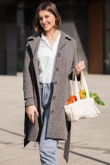 Retrato, jovem, mulher, segurando, orgânica, legumes