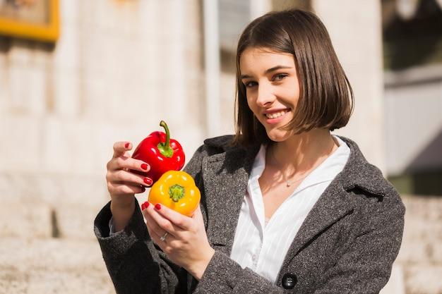Retrato, jovem, mulher, segurando, orgânica, pimenta, sinos