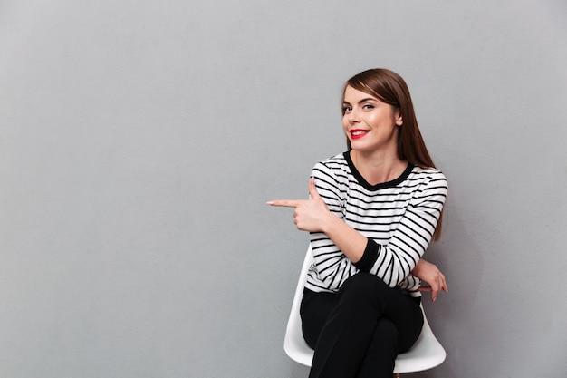 Retrato, jovem, mulher, sentando cadeira