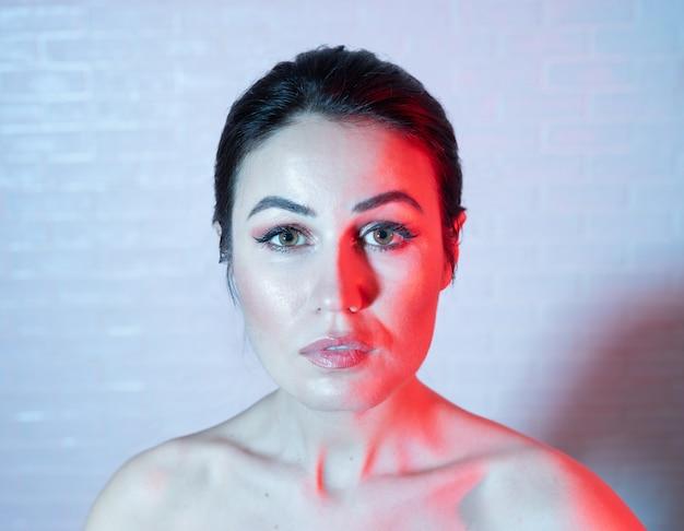 Retrato, jovem, mulher, trendy, duotone, efeito