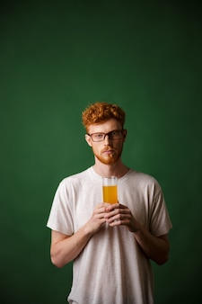 Retrato, jovem, ruiva, homem, segurando, copo cerveja