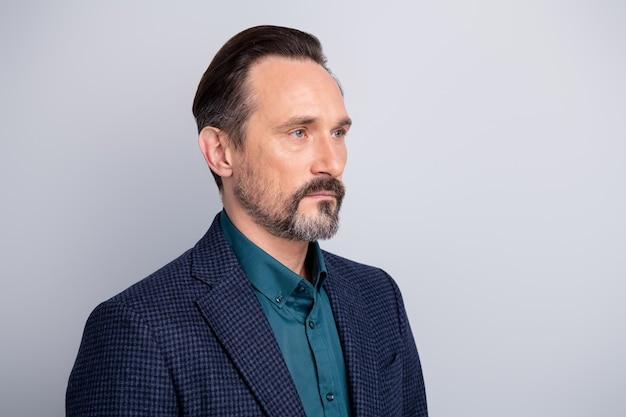 Retrato lateral de perfil de close-up de um homem de meia-idade com conteúdo sério e atraente