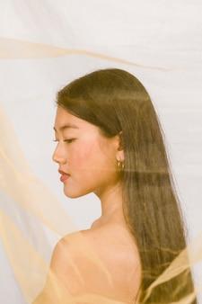 Retrato lateral do modelo asiático