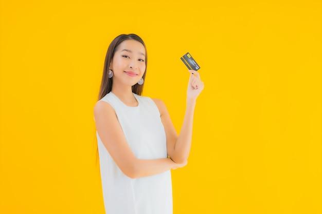 Retrato linda jovem asiática com cartão de crédito para compras online