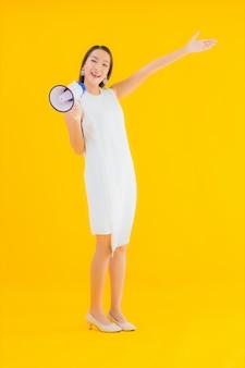 Retrato linda jovem asiática com megafone