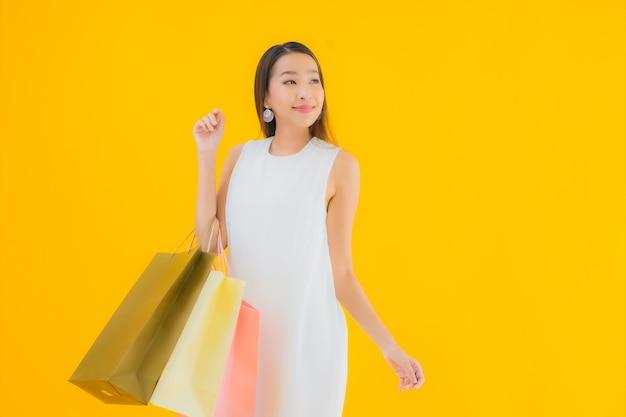 Retrato linda jovem asiática com sacola de compras da loja de departamentos