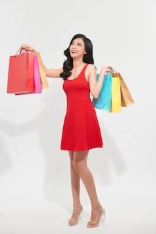 Retrato linda jovem asiática com sacola de compras