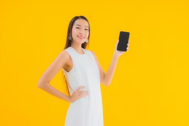 Retrato linda jovem asiática com telefone celular inteligente