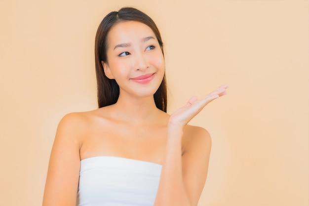 Retrato linda jovem asiática em spa com maquiagem natural em bege