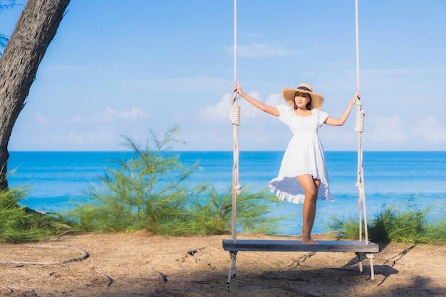 Retrato linda jovem asiática relaxando sorriso balançando ao redor da praia, mar, oceano, para, natureza, viajar, em, férias