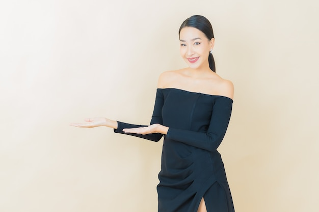 Retrato linda jovem asiática sorrindo com ação em amarelo