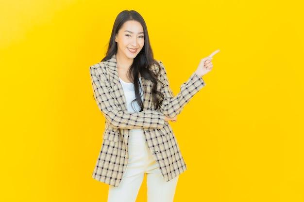 Retrato linda jovem asiática sorrindo com ação