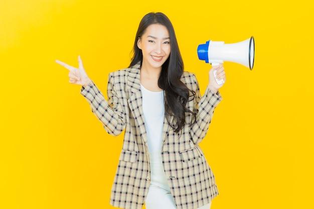 Retrato linda jovem asiática sorrindo com megafone