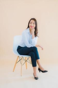 Retrato linda jovem mulher asiática de negócios sentada na cadeira