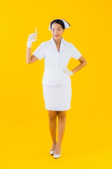 Retrato linda jovem mulher asiática enfermeira tailandesa usar luva