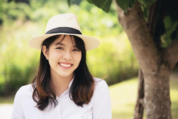 Retrato linda linda moça em estilo de vida feliz