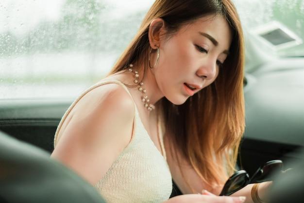 Retrato linda mulher asiática no carro.