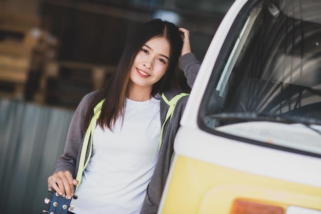 Retrato linda mulher asiática segurando violão