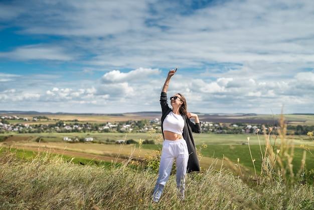 Retrato linda mulher caucasiana no campo verde no verão. estilo de vida