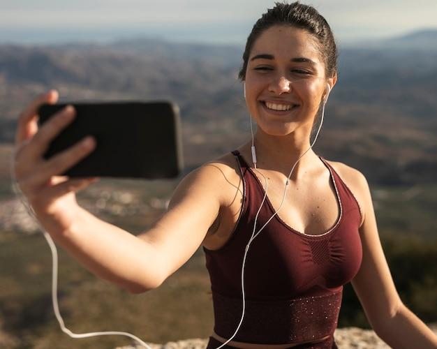 Retrato linda mulher tomando selfie