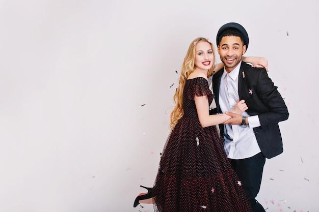 Retrato lindo casal apaixonado, se divertindo. roupas de noite luxuosas, expressando positividade, comemorando, sorrindo, humor alegre.