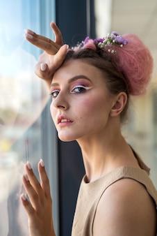 Retrato luxuoso de jovem com maquiagem fashion e flores