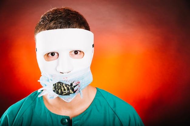 Retrato masculino em máscara assustadora