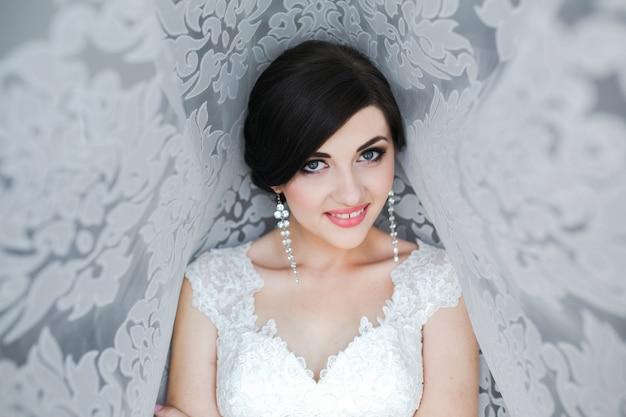 Retrato matinal de uma linda noiva com grande luz do dia.
