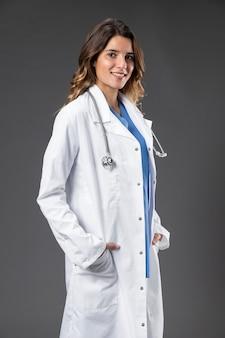 Retrato médico feminino com estetoscópio