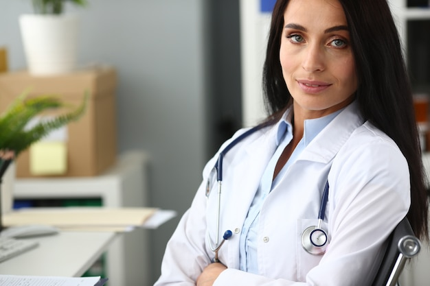 Retrato médico feminino indiano contra o hospital