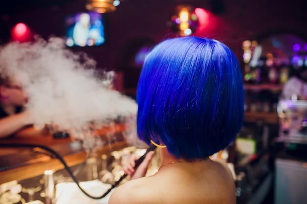 Retrato menina bonita com cabelo azul