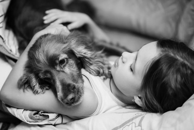 Retrato, menina, cão, mentindo, sofá