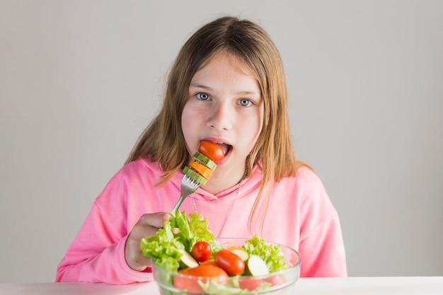 Retrato menina, comer, salada saudável, com, garfo