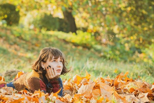 Retrato menina outono mulher retrato de feliz adorável e bela raça mista asiáticos caucasiano jovem mulher ...