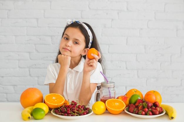 Retrato menina, segurando, fruta madura