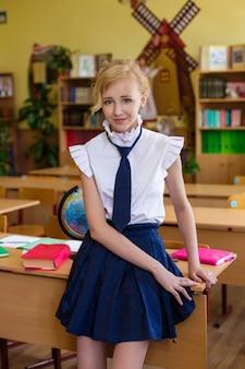 Retrato, menina, uniforme escolar, classe