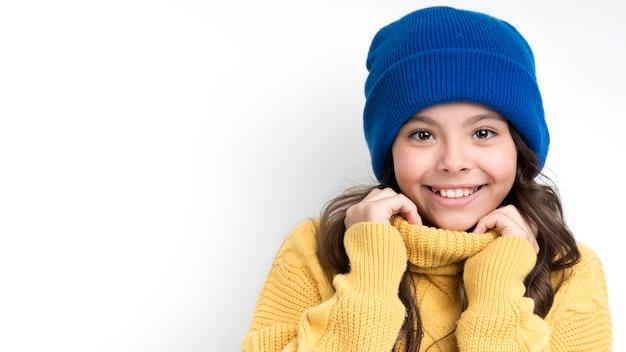 Retrato menina vestindo roupas sazonais