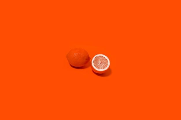 Retrato minimalista de limão em fundo de cor de lava exuberante.