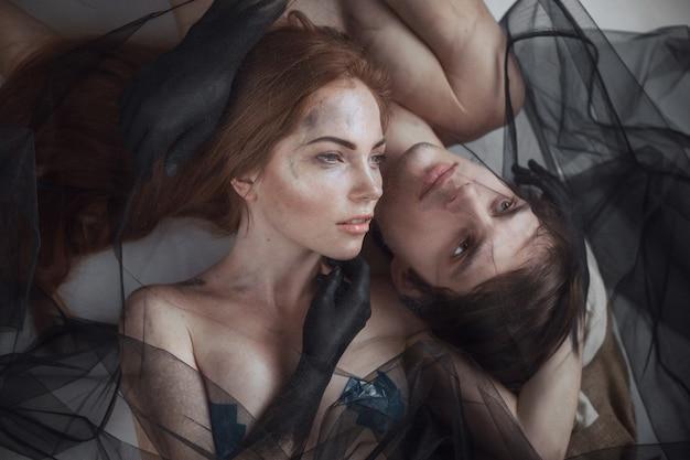 Retrato místico da beleza dos pares com véu, tiro do estúdio, close up
